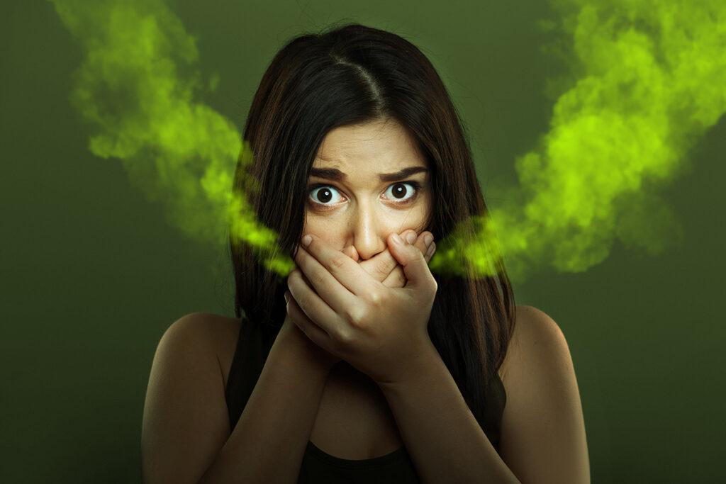 Despre ce avertizează mirosul din gură
